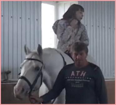 Лошадь лечит девочку-инвалида. Иппотерапия
