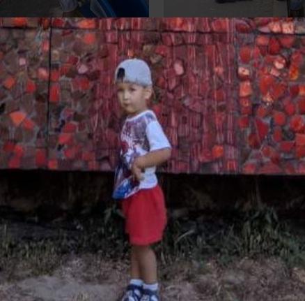 В красных шортах на фоне красной стены